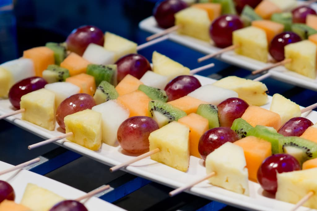 Pinchos de frutas de temporada - COME DE LA HUERTA